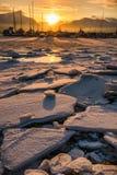 Solnedgången på ett djupfryst ser arkivbild