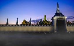 Solnedgången på gator near den stora dörren för sidan på den storslagna slotten eller Emerald Buddha Temple Fotografering för Bildbyråer