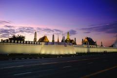Solnedgången på gator near sidan den storslagna slotten eller Emerald Buddha Temple Royaltyfria Foton