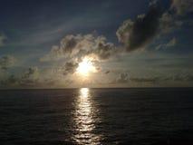 Solnedgången på horisonten, himlen och jorden ska sammanfoga tillsammans arkivbilder