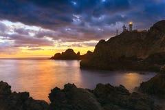 Solnedgången på kusten av det naturligt parkerar av Cabo de Gata arkivbild