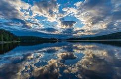 Solnedgången på Lake Ladoga reflekterade i vattnet Royaltyfri Foto