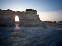 Solnedgången på monumentet vaggar kritapyramider, Kansas arkivbilder