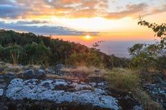 Solnedgången på Phu badar bergen Royaltyfri Foto