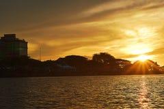 Solnedgången på Sarawak'sens flod arkivfoton