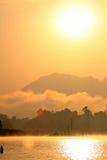 Solnedgången på seglar utmed kusten av havet Royaltyfri Bild
