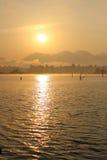 Solnedgången på seglar utmed kusten av havet Royaltyfri Foto