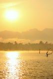 Solnedgången på seglar utmed kusten av havet Royaltyfri Fotografi