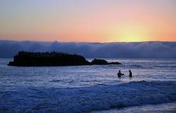 Solnedgången på shoreline nedanför Heisler parkerar i Laguna Beach, Kalifornien Arkivfoton