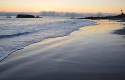 Solnedgången på shoreline nedanför Heisler parkerar i Laguna Beach, Kalifornien Royaltyfri Fotografi