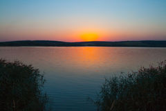 Solnedgången på sjön Royaltyfri Foto