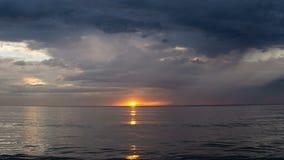 Solnedgången på slutet av havet under guld- timme royaltyfri foto