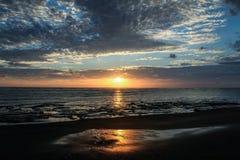 Solnedgången på Stilla havet från Corcovadoen parkerar, Costa Rica Royaltyfria Bilder