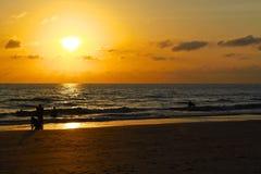 Solnedgången på stranden i Thailand royaltyfri foto