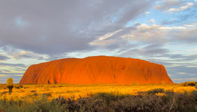 Solnedgången på Uluru Ayers vaggar Arkivbilder