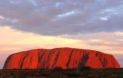 Solnedgången på Uluru Ayers vaggar i Australien royaltyfri fotografi