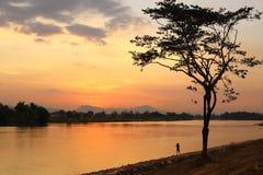 Solnedgången reflekterade av vattnet Royaltyfri Fotografi