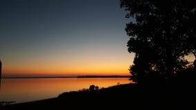 Solnedgången reflekterade av vattnet Royaltyfria Foton