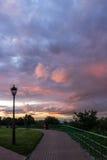 Solnedgången reflekterade i molnen i parkera 001 Royaltyfri Bild
