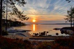 Solnedgången reflekterade i vattenyttersidan av sjön royaltyfria foton