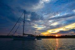 Solnedgången seglar Royaltyfri Bild