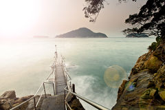 Solnedgången seglar utmed kusten Royaltyfria Bilder