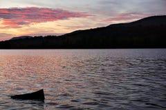Solnedgången skvalpar runt om en vagga Arkivbild