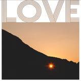 Solnedgången till och med hjärtan formade hålet i klippan Royaltyfria Foton