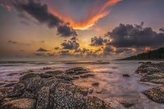 Solnedgången vaggar havet royaltyfri fotografi