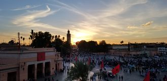 Solnedgången vid den Koutoubia moskén Marrakech, Marocko är den mest besökte monumentet arkivfoton