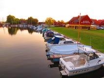 Solnedgångfärger i byn, Litauen Royaltyfri Foto