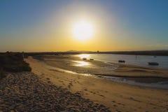 Solnedgångfartyg, solnedgångstrand, sol arkivfoto