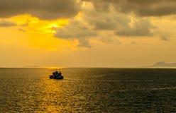 Solnedgångfiskebåt royaltyfri bild