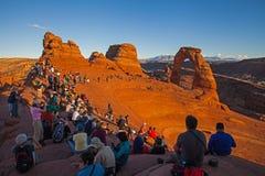 Solnedgångfolkmassan på den delikata bågen Fotografering för Bildbyråer
