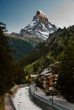 Solnedgångfoto av den Zermatt staden och Matterhorn Arkivfoto