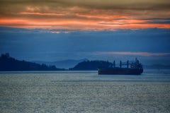 Solnedgångfraktbåt Arkivfoto