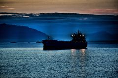 Solnedgångfraktbåt Royaltyfria Foton