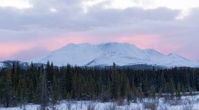 Solnedgångglöd bak winterly lite maximal YT Kanada Fotografering för Bildbyråer