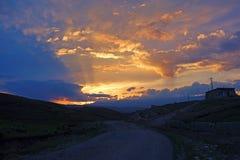 Solnedgångglöd med stonvägen Arkivfoto