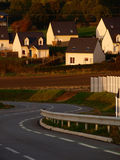 Solnedgånghöstljus på byhus Arkivbild