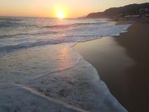 Solnedgånghavsvågor skummar färgstänk i sommar Preveza Vrahos Grekland arkivfoton