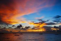 Solnedgånghimlar över havet royaltyfri fotografi