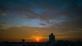 SOLNEDGÅNGhimmel över BANGKOK Arkivbild