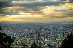 Solnedgånghimmel över den Bogota staden Arkivfoton