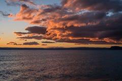 Solnedgånghimmel över sjön Taupo Royaltyfri Bild