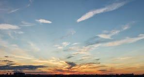 Solnedgånghimmel över stad Arkivbild