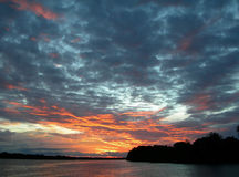 Solnedgånghimmel i amasonen Arkivfoton