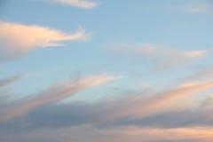 Solnedgånghimmel med fluffigt ljus - rosa färgen fördunklar royaltyfria foton