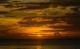 Solnedgånghimmel med guld- bakgrund Arkivfoto