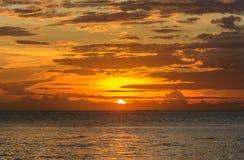 Solnedgånghimmel med guld- bakgrund Royaltyfria Bilder